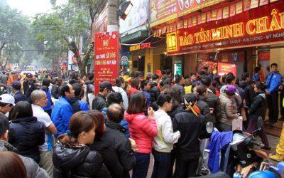 Hàng trăm người xếp hàng chờ mua vàng tại một cửa hàng Bảo Tín Minh Châu